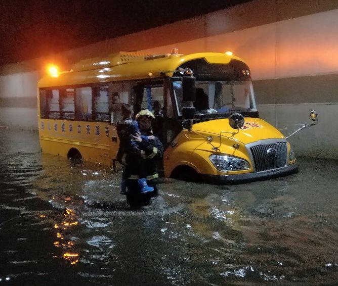 四川广元暴雨致校车被困学生获救