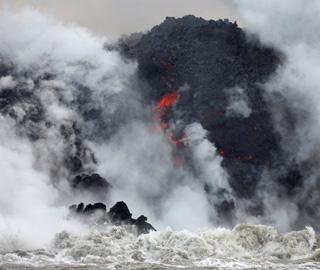 夏威夷基拉韦厄火山熔岩奔涌入海