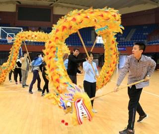 大学开设舞龙舞狮课 上百位学生报名