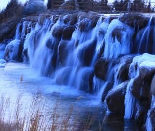 甘肃戈壁绿洲寒冬瀑布成美景