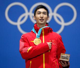 武大靖获颁冬奥短道速滑男子500米金牌