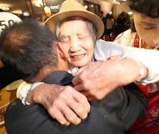 韩朝离散家属首场见面会举行