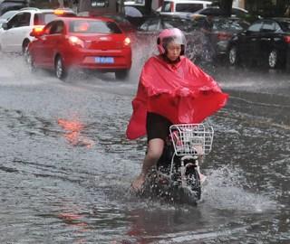 山东青岛遇短时强降雨 街道成河流