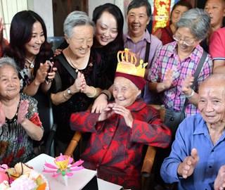 成都最年长老人庆生 直系子孙超百人