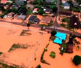 美国夏威夷小岛连遭暴雨引发洪灾