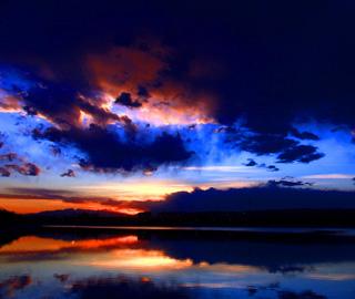 新疆白杨河畔傍晚红霞满天美如画