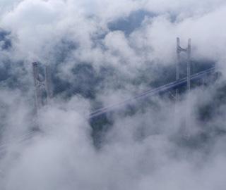 湖北恩施贡水河特大桥云雾缭绕