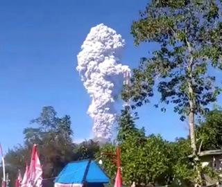印尼默拉皮火山喷发致航班停飞