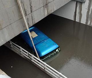 郑州一旅游大巴误闯积水隧道