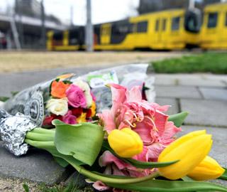 民众献花悼念荷兰枪击事件遇难者