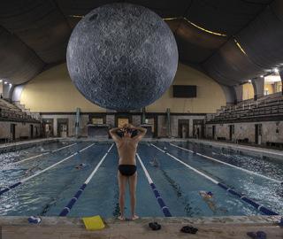 """艺术家打造""""月球博物馆""""泳池令人赞叹"""