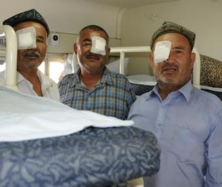 中石化健康快车再入新疆喀什送光明