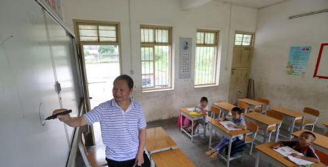 大山里的小学只剩1老师3学生,从教40年的他却说……