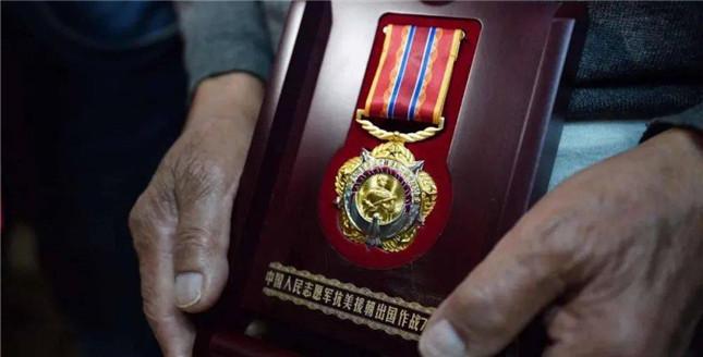 九旬老兵逛颐和园遗失抗美援朝纪念章 获赠新纪念章