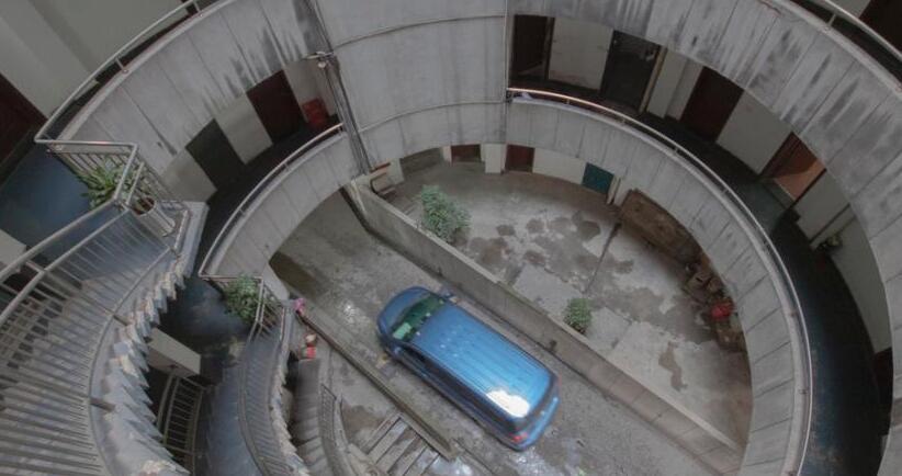 重庆除了轻轨穿楼还有汽车穿楼 9层空心圆筒通行大客车