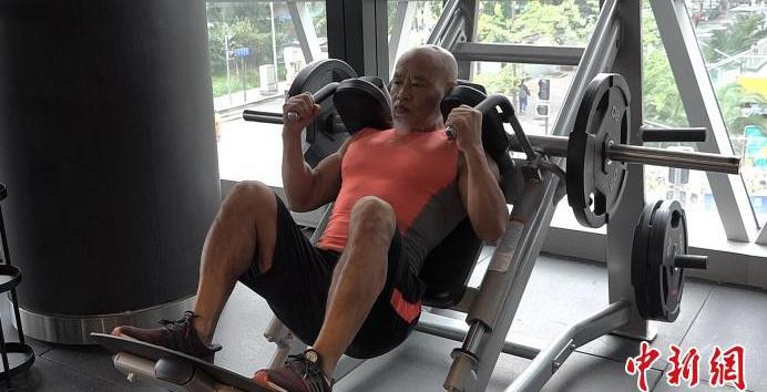 """成都""""年轻""""的大龄健身达人:已65岁,健身之路还未到尽头"""