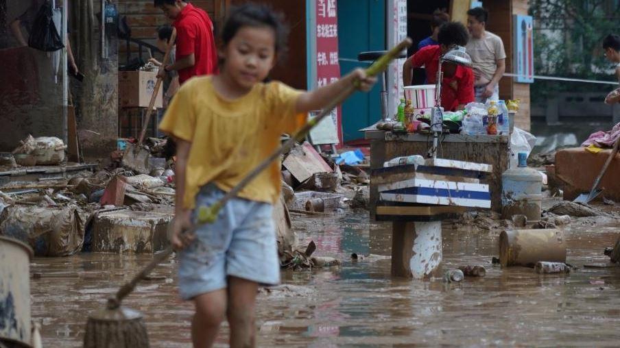 郑州暴雨洪水退后临街店铺忙碌清淤 准备重新开业