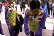 中国女子乒乓球队探访汶川地震灾区