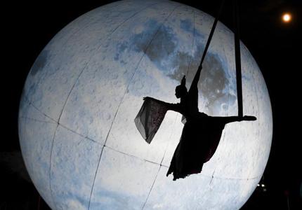 """长沙市民吊威亚体验""""嫦娥奔月"""""""