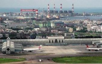 高雄小港机场因疑似不明飞行物停飞50分钟 实系星星