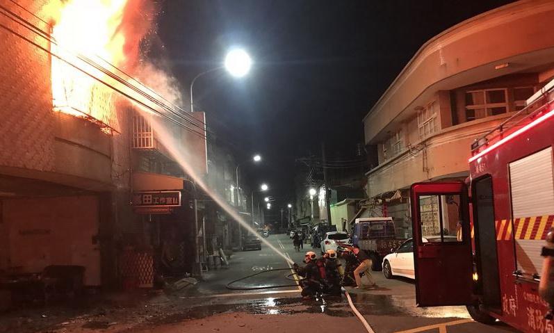 台湾台中凌晨发生火灾 1人跳楼求生腿脚受伤