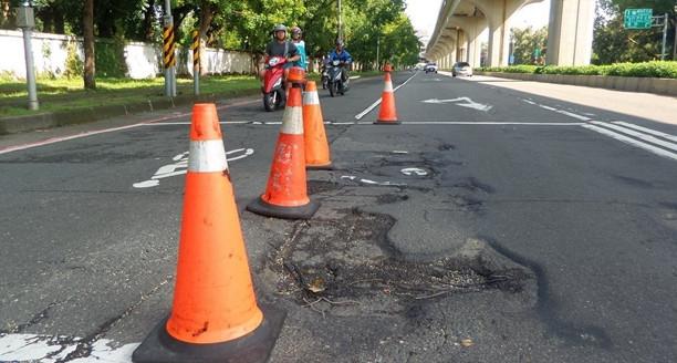 高雄雨后路面现5000余坑洞 1处6辆摩托摔倒致6伤