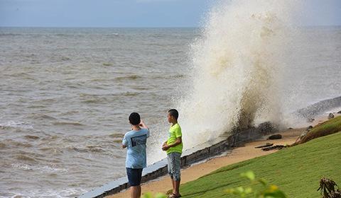 2017年7月23日,海南琼海,博鳌海滨乌云翻滚大雨阵阵巨浪滔天。