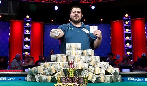 当地时间2017年7月23日,2017WSOP主赛大结局揭晓,25岁美国选手Scott Blumstein夺冠,奖金815万美元。