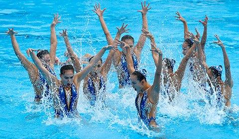 7月22日,2017年世界游泳锦标赛进行了花样游泳集体自由组合的决赛,中国队发挥出色,以96.1000分夺得冠军,这是中国第一个世锦赛花样游泳冠军,实现了历史性的突破。