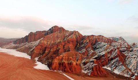 进入冬季,新疆天山托木尔大峡谷披上了一层洁白的雪衣。