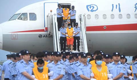 6月26日,一架中国民航包机降落在重庆江北国际机场,第一批63名通讯网络诈骗犯罪嫌疑人被重庆警方从柬埔寨押解回中国。