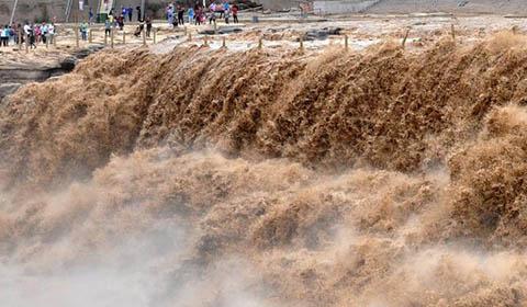 9月19日,游客在山西吉县黄河壶口瀑布游览观瀑。