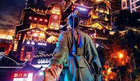 """近日,国际知名的""""牵手照""""摄影师、来自俄罗斯的旅拍夫妻来到重庆。"""