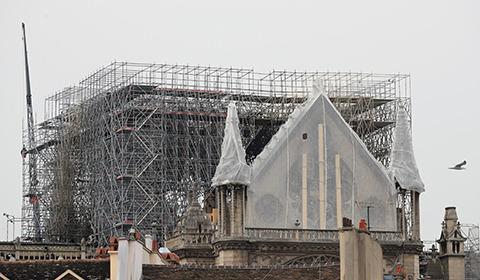 当地时间4月23日,法国巴黎,工人们为遭大火重创的巴黎圣母院安装了临时防水布,以保护圣母院免受雨水的破坏。