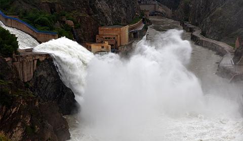 6月26日,刘家峡水库按照黄河防总要求开启防洪预泄运用模式,溢洪道开闸泄洪,降低水库水位,全力确保黄河安全度汛。