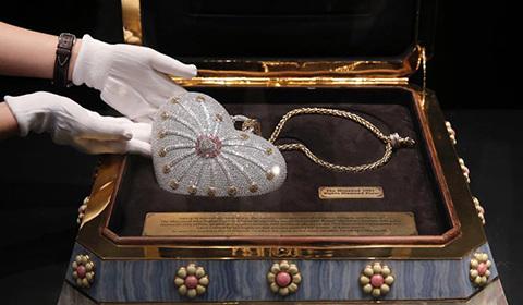 """近日,一只名为""""一千零一夜""""的钻石镶嵌手包对公众展出。"""