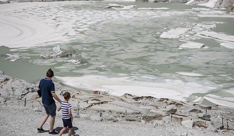 当地时间2019年6月25日,瑞士瓦莱州富尔卡山口(Furka Pass),阿尔卑斯山脉最古老的隆河冰川(Rhone Glacier)消融。