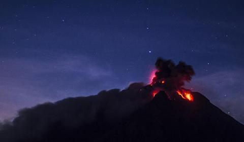 当地时间10月18日,印尼北苏门答腊省Karo锡纳朋火山喷发,火山灰形成巨大烟柱。