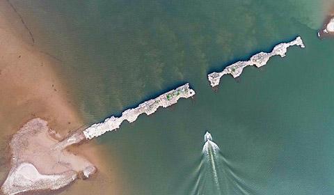 4月8日,江西省仙女湖水位下降到近年来的最低位置,位于仙女湖上游的古河道和古县城遗址一部分露出水面。