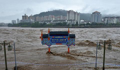 8月20日至22日,四川雅安,两天两夜持续不断的强降雨致使青衣江水位上涨。