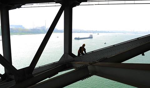 """4月3日下午,中国铁路武汉局集团有限公司荆门桥工段枝城桥隧车间桥北工区的10名桥梁检修工,在枝城长江大桥上对联桥梁进行维修保养,犹如一个个的""""蜘蛛侠""""。"""