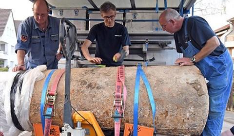 当地时间2018年4月8日,德国帕德博恩市,一对夫妻在自家花园内发现一1.8吨重炸弹,目前拆弹工作进行。