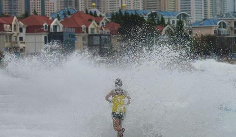 """2018年8月18日,受今年第18号台风""""温比亚""""外围云系影响,青岛沿海掀起巨浪。"""