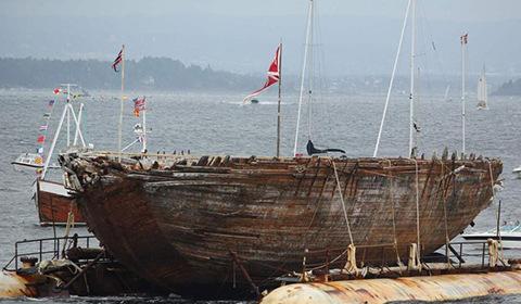 """当地时间2018年8月18日,探险家罗尔德・阿蒙森曾使用的北极探险船""""莫德号""""在被打捞出水后抵达挪威阿斯克尔。"""