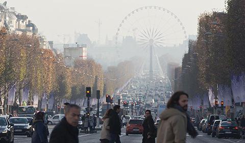 当地时间12月8日,面对近10年来最严重的雾霾天气,法国巴黎政府不仅实行单双号限行措施,同时推出公共交通工具免费政策,以对抗污染。