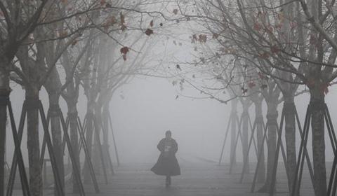 1月16日,上海被大雾笼罩,民众在朦胧中感受不一样的城市。在外滩滨江步道上眺望浦东,已经白茫茫一片。