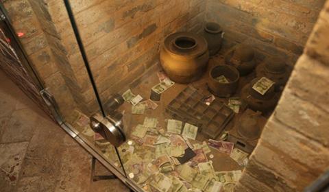 近日,河南洛阳,洛阳古墓博物馆一座西晋墓的耳室被游客投满人民币。