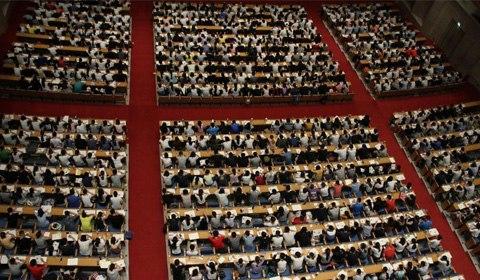 7月20日上午,在山东济南山东会堂内,2000名大学生考研族听一个老师上大课,现场场面十分壮观。