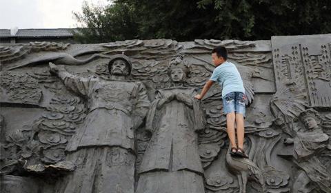 8月15日,沈阳故宫广场总会吸引市民纷纷前来健身娱乐,两侧的浮雕也不断有市民攀爬上去,成为健身娱乐墙。