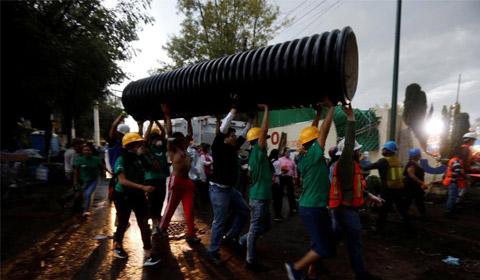 9月21日,墨西哥墨西哥城,志愿者参与救援工作。